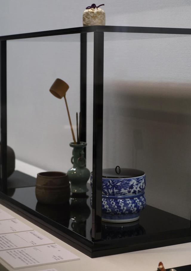 画像: 水指は中国・明時代の染付で祥瑞松竹梅文、杓立は明時代の青磁で左右の耳に輪がつけられた花活けの転用、建水は桃山時代の備前。煌びやかな中国磁器と侘びた風合いの備前焼の対照的な組み合わせ