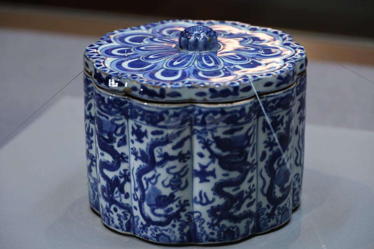 画像: 染付龍文菊型水指 中国・明時代16世紀