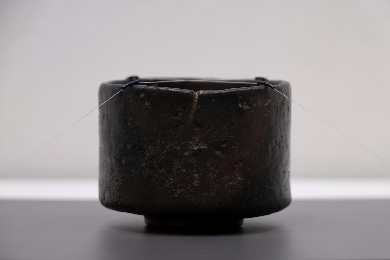 画像: 樂長次郎 黒樂茶碗 銘「メントリ」(面取り、ないし雌鶏?)安土桃山時代16世紀 北三井家旧蔵