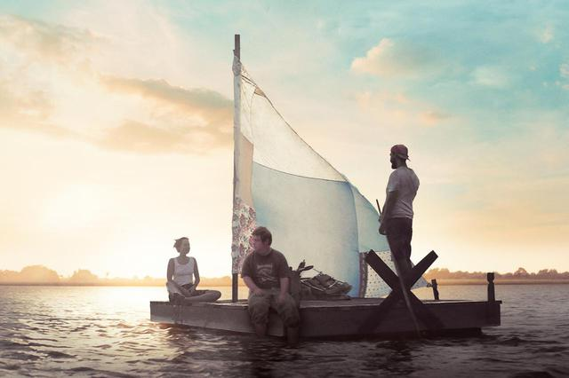 画像: 「俺らは人生を楽しむ」 シャイア・ラブーフが半裸で無邪気にはしゃぎ、手作りイカダで海へ! レスラーを夢見る青年と孤独な漁師の特別な旅の行方とはー