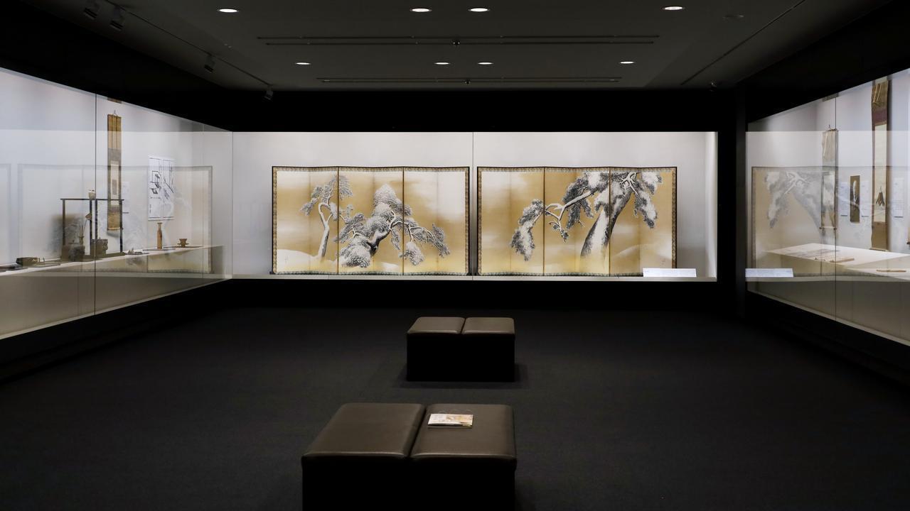 画像: 縦長の展示空間の向こうに「雪松図」を見る