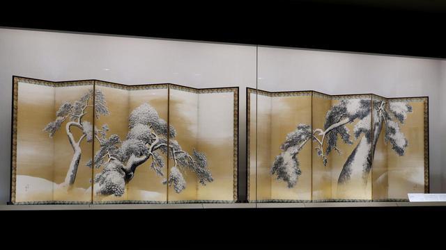 画像: 円山応挙「雪松図屏風」江戸時代18世紀 北三井家旧蔵 右隻の雄松は左斜め前より見ると、とたんに強烈な遠近感でそびえ立つ松の木になる