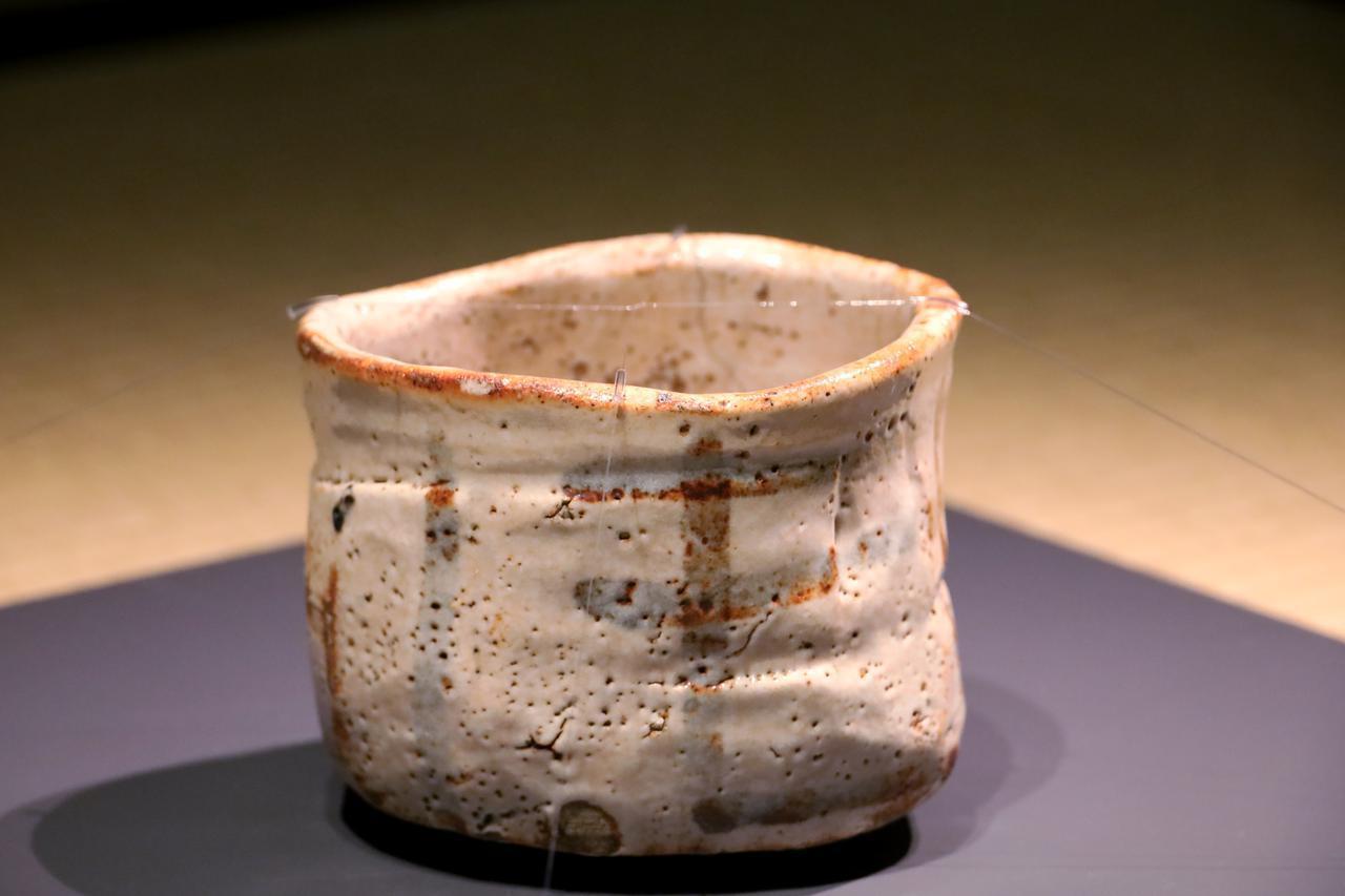 画像: 国宝 志野茶碗 銘「卯花墻」 安土桃山時代 16〜17世紀 室町三井家旧蔵 *以上、写真はすべて特別な許可を得ての取材時に撮影。展覧会での撮影はできません