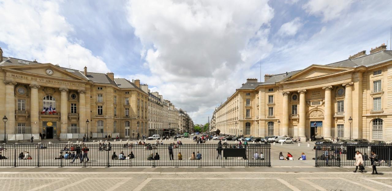 画像: パンテオン前から見る。正面に見える緑はリュクサーブール公園。パンテオン広場では石畳に座り込んで仲間と話し込む学生たちの姿が見られる。右手の建物はパリ大学パンテオン・ソルボンヌ校。シャブロルの『いとこ同志』(1959)のシャルル(ジェラール・ブラン)とポール(ジャン=クロード・ブリアリ)、ロメールの『モンソーのパン屋の女の子』(1963)の主人公はここに通う法科の学生という設定だ。