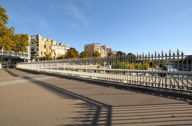 画像: ギマール設計の建物はこの写真の左のほうに立っていた。ジャック・リヴェットの『アウト・ワン』(1971)ではジュリエット・ベルトがこの鉄柵に沿って歩くシーンがある。右端に見える水面はサン・マルタン運河の終点部分。