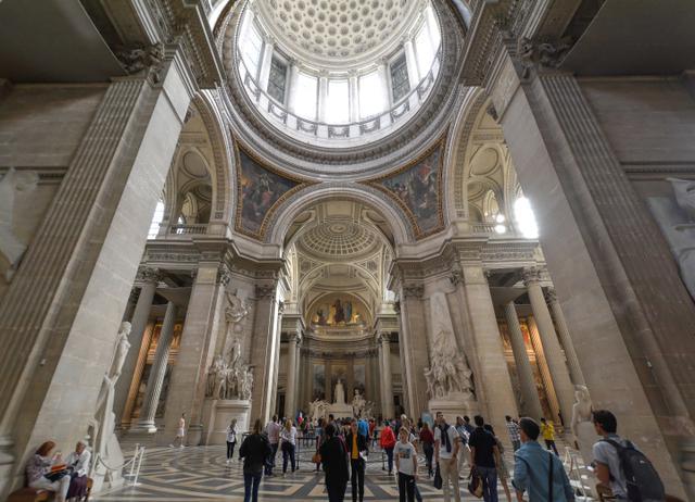 画像: パンテオン内部。1755年に設計協議が行われ、サント=ジュヌヴィエーヴ教会として建設された(竣工1792)。革命後にフランスの偉人たちを讃える神殿となる。新古典主義の建築で、ギリシア十字の平面中央に大ドームを載せ、正面のペディメントの下にはコリント式の6本の大円柱が立ち人々を厳かに迎え入れる。ユゴー、ゾラ、ルソー、ベルクソンら、文学・思想関係の人物のほか、キュリー夫妻もここに眠る。