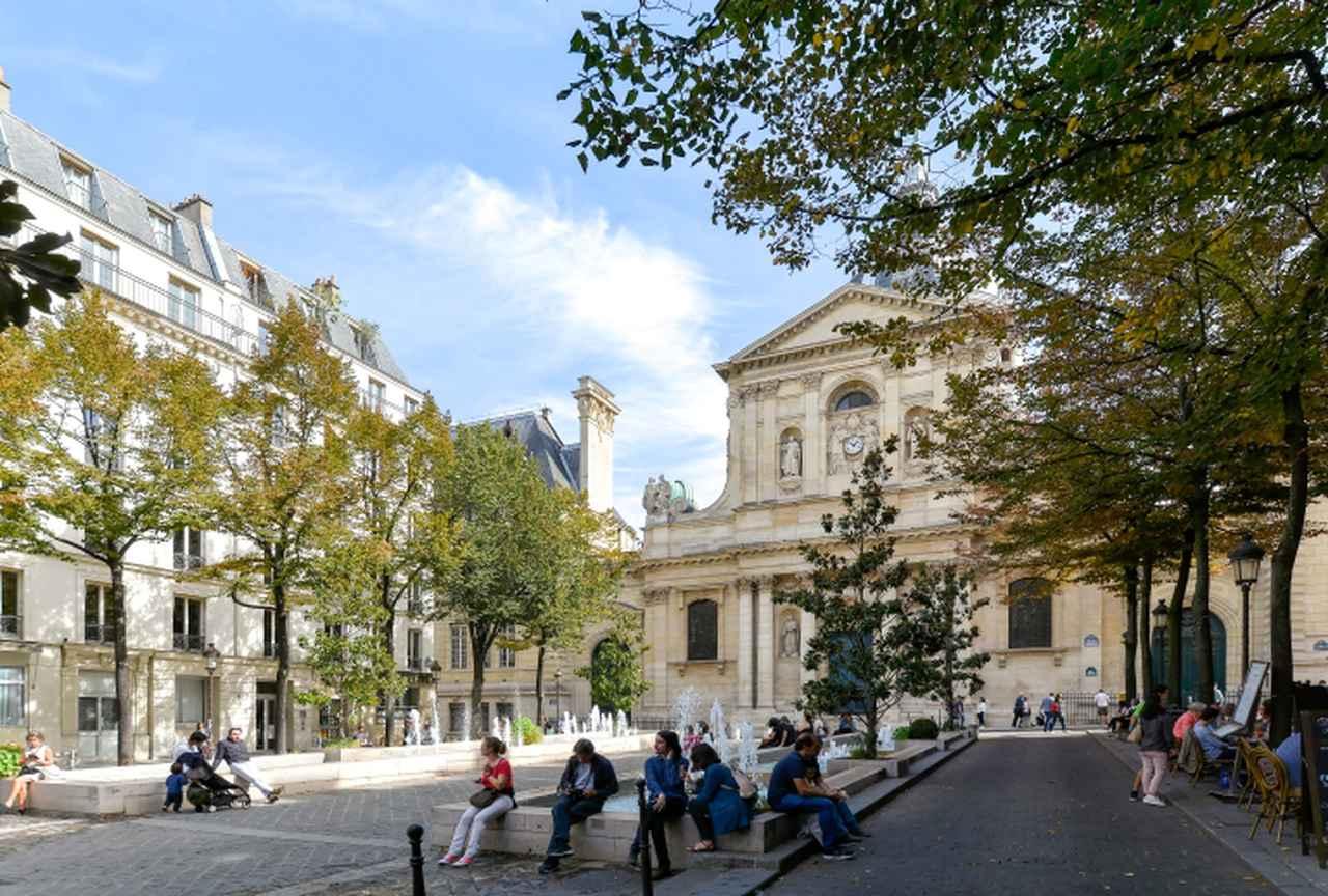 画像: パリ大学ソルボンヌ校の礼拝堂。サン=ジャック通りの1本西側を通るサン=ミシェル通り側からの眺め。ローマの初期バロック建築の影響を受けたこの建築は宰相リシュリューの委嘱を受けてルメルシエによって設計された。『パリはわれらのもの』(1961)では、主人公のアンヌ(ベティ・シュナイダー)がジャン=マルク(ジャン=クロード・ブリアリ)とこの広場で落ち合った後、2人でランチへと向かう。ジャン=マルクがはじめその足元に腰かけていた彫像は噴水のあるあたりにあったが現在ではサン=ミシェル通りよりに移されている。