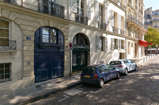 画像: ギルがスコット・フィッツジェラルド夫妻と出会うパーティ会場はサン=ルイ島西端のブルボン河岸にある。ギルたちは緑色の入口から入っていく。この左手にあるコーナーの建物は『パリはわれらのもの』の1シーンに登場。その2軒左隣の41番地にはフィリップ・スーポーが住んでいた。