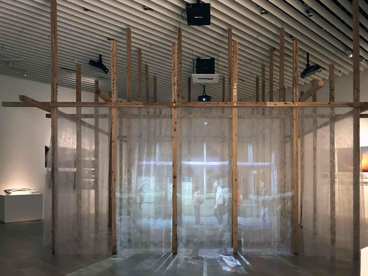 画像: セクション1 「都市の新たな可能性」 展示風景:山梨知彦+Loose Interfaceプロジェクト・チーム 《Loose(ルーズな)Interface(インターフェイス)》もう一つの世界の誕生と、ティンバーインターフェイスの可能性 2019年 photo©saitomoichi