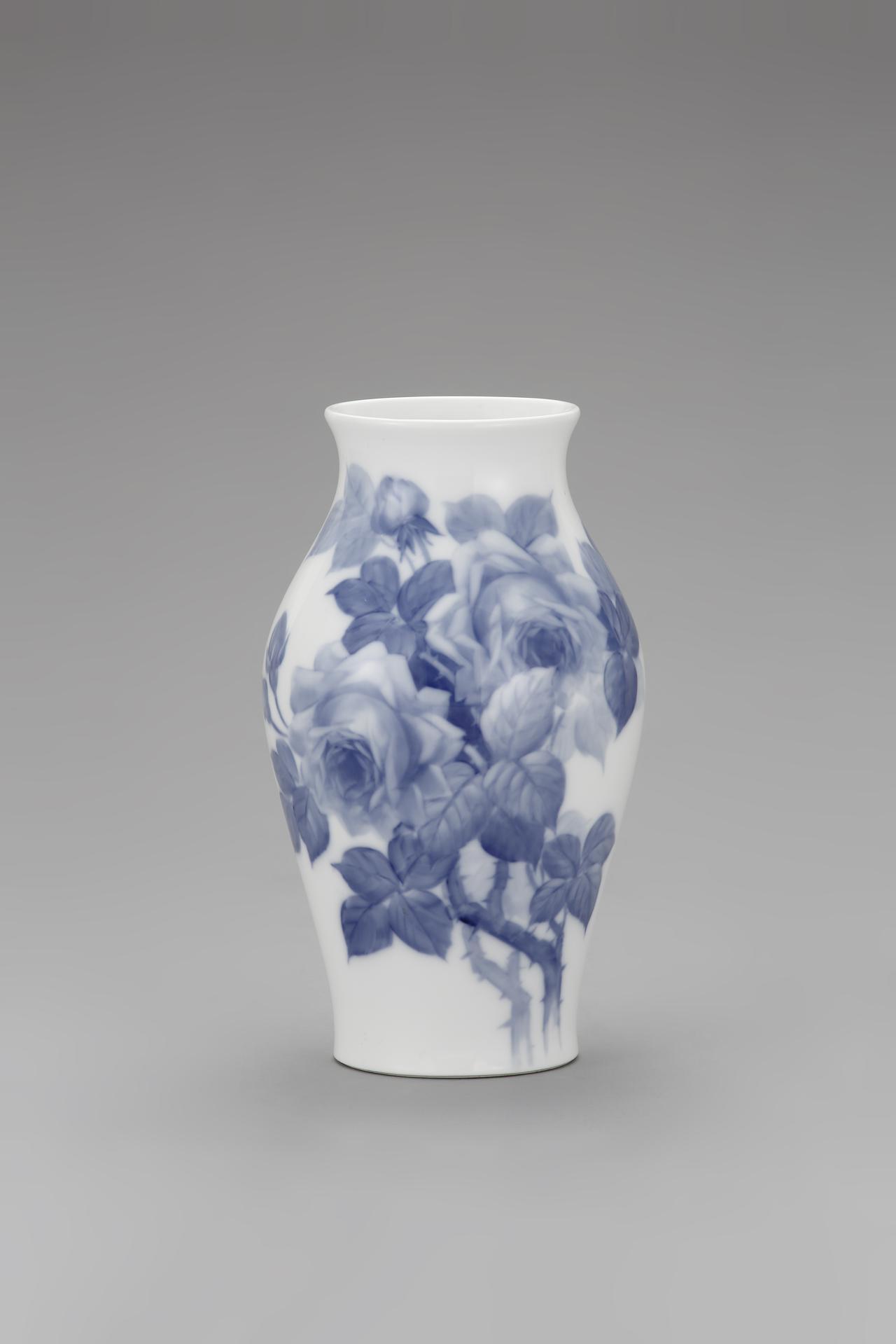 画像: 岡染付薔薇花瓶 1935‐45年  個人蔵