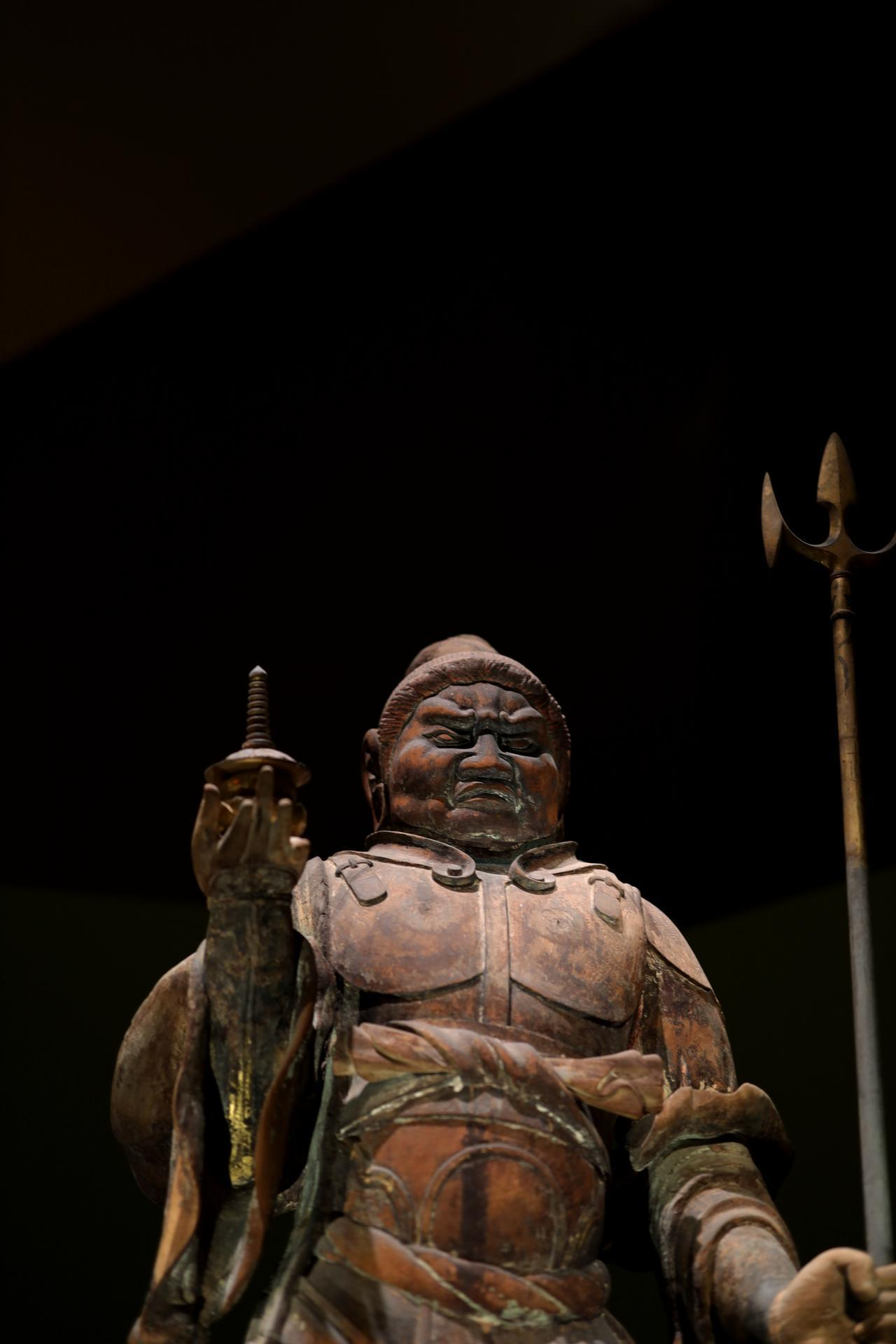 画像: 多聞天立像 唐招提寺金堂四天王のうち 奈良時代8世紀 奈良・唐招提寺 国宝 大きな袖が保護になったのか、前腕とくに肘に本来の金と彩色がよく残っている。多聞天は四天王から独立した単体で「毘沙門天」としても信仰を集めた
