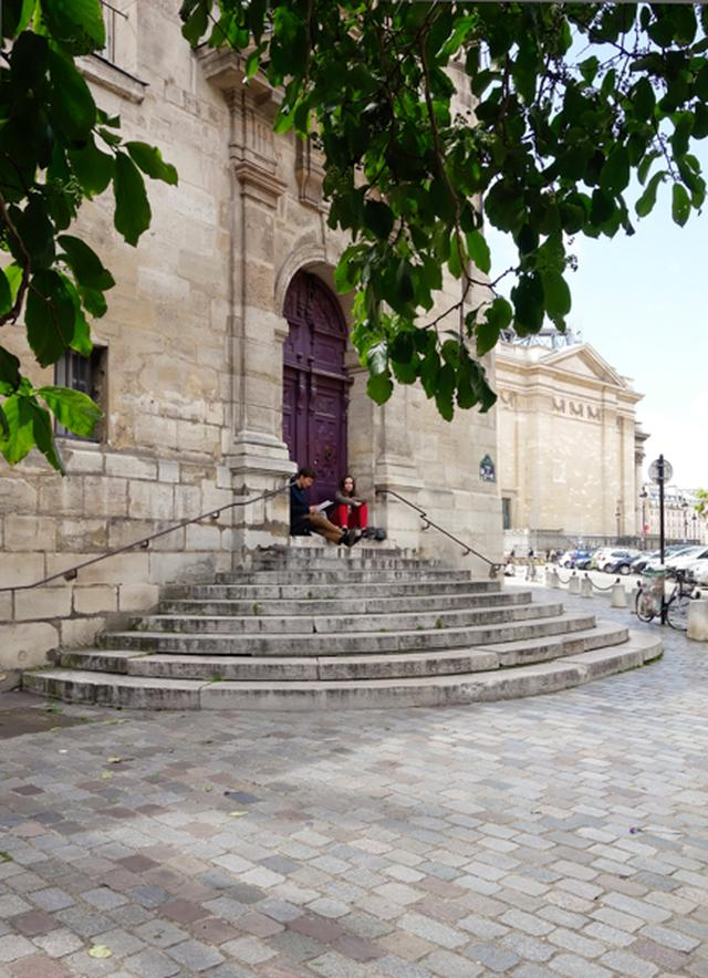 画像: 道に迷った『ミッドナイト・イン・パリ』(2011)の主人公ギルはサン=テチエンヌ=デュ=モン教会の背後を走るデカルト通りから教会北面沿いの道を経てこの階段のあたりに現れる。このあたりにはタイムスリップという非現実的な体験をするにふさわしい不思議な雰囲気が漂う。創建が15世紀末にまでさかのぼるこの教会にはパスカルとラシーヌが埋葬されている。背後に見えるのはパンテオン。