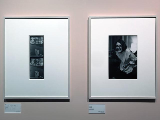 画像: 展示風景:左:ソール・ライター《ソームズと一緒のセルフ・ポートレート》1960年、ゼラチン・シルバー・プリント(C)Saul Leiter Foundation 右:ソール・ライター《ソームズ》1970年代、ゼラチン・シルバー・プリント(C)Saul Leiter Foundation photo©smoichi