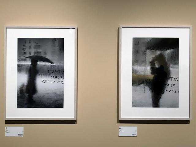 画像: 展示風景:左:ソール・ライター《雪》1970年、発色現像方式印画 (C)Saul Leiter Foundation 右:ソール・ライター《帽子》1960年頃、発色現像方式印画 (C)Saul Leiter Foundation phpto©smoichi