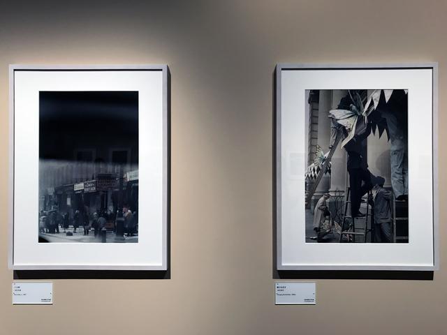 画像: 展示風景:左:ソール・ライター《バス停》1957年頃、発色現像方式印画 (C)Saul Leiter Foundation 右:ソール・ライター《蝶々を吊す》1960年代、発色現像方式印画 (C)Saul Leiter Foundation phpto©smoichi