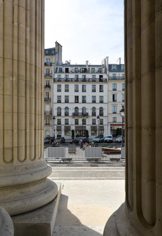 画像: パンテオンからアンドレ・ブルトンがフィリップ・スーポーとともに『磁場』(1920)を書き上げた偉人ホテルを見る。ピエールはこのホテルの前の通りを左に進んでムフタール通りへと向かう。