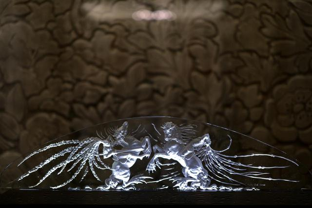 画像: ルネ・ラリック テーブル・センターピース「二人の騎士」1920年 浮き彫りに見えるが裏側から凹状に絵柄を描いてサティネ加工で濃い磨りガラス状にしている  北澤美術館蔵 旧朝香宮邸 大食堂 壁面装飾パネル・デザイン:レオン・ブランショ