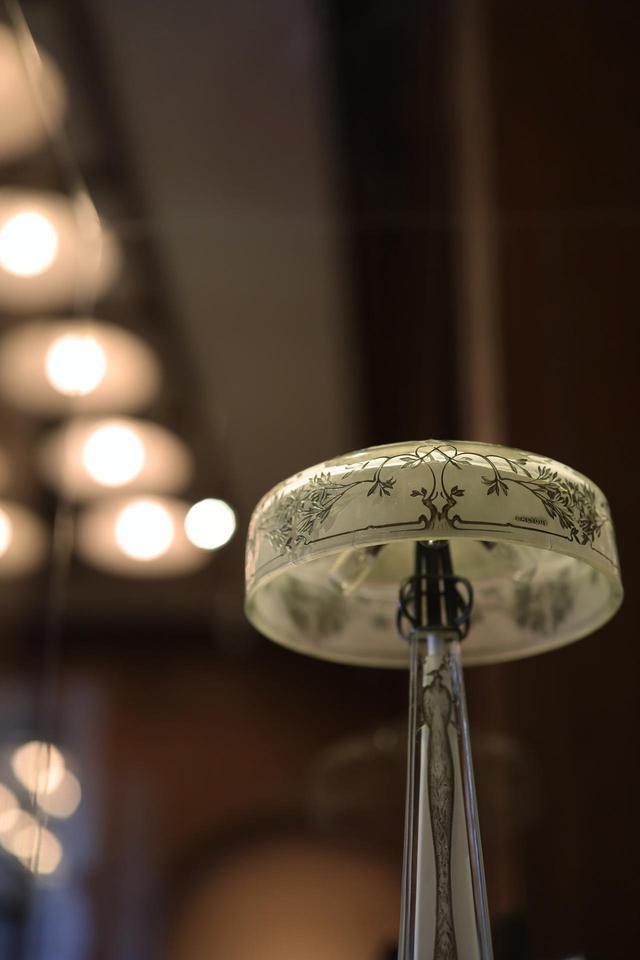 画像: ルネ・ラリック ランプ「孔雀」1910年 内側をサティネ加工し天然ゴム溶液で溶いた薄緑の顔料を施し、乾く前に拭き取るパティネ技法で着色、外側に黒系の顔料でパティネを施し模様を浮き立たせている。 北澤美術館蔵