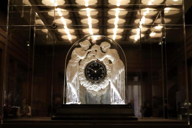 画像: ルネ・ラリック 電動置時計「二人の人物」1926年 一見浮き彫りに見える人物の部分は、裏側から凹凸を逆にした浮き彫り状態にして、「サチネ」加工できめ細かな磨りガラス状態にしている 北澤美術館蔵
