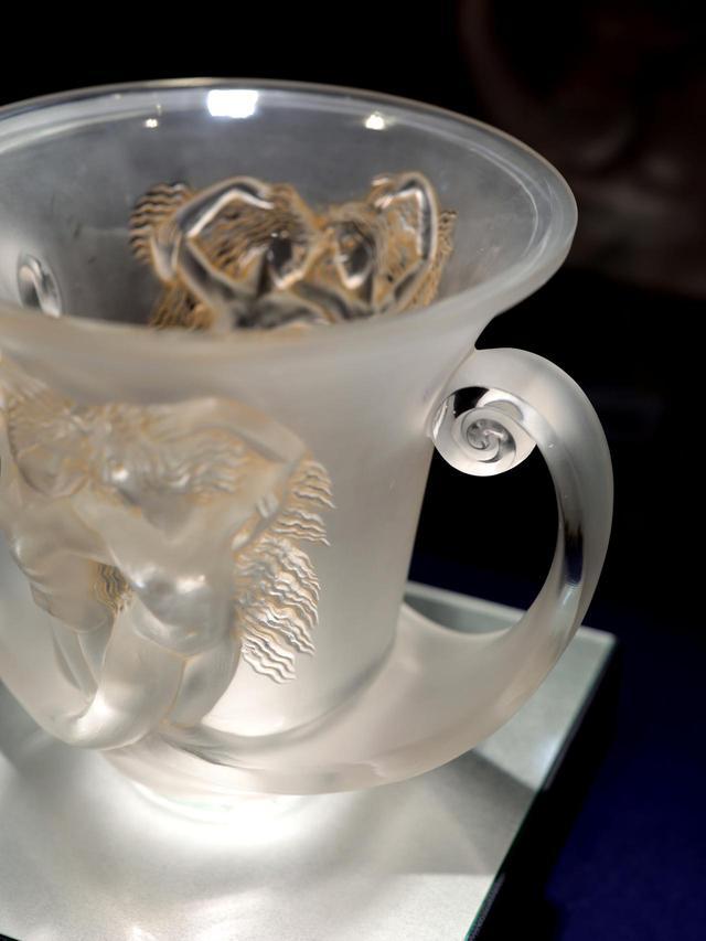 画像: ルネ・ラリック 花瓶「ナディカ」1930年 表面は取っ手の側面を除きサティネ加工の磨りガラスで仕上げ、女性像の髪を中心にパティネを施している 北澤美術館蔵