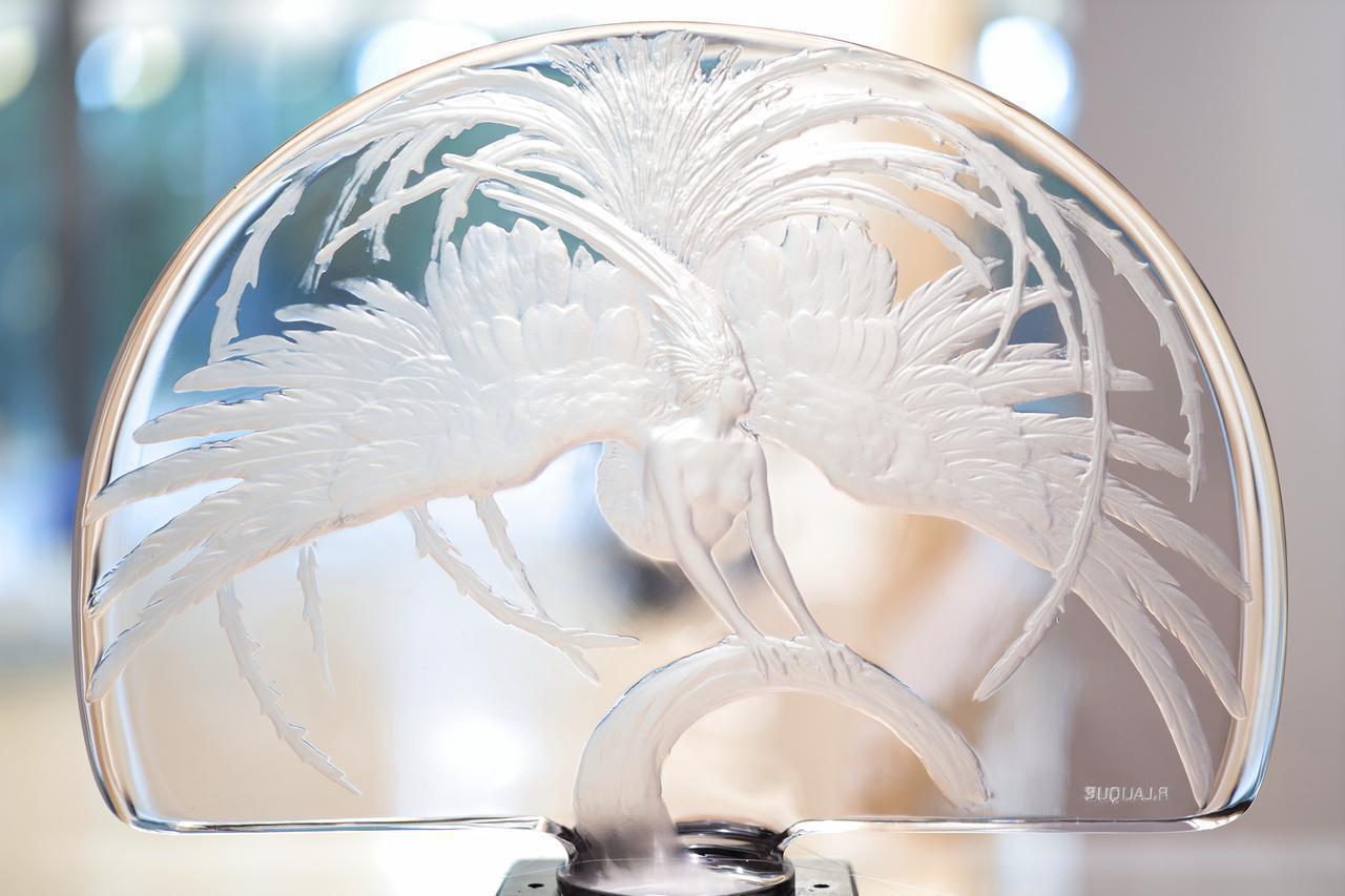 画像: ルネ・ラリック テーブル・センターピース「火の鳥」1922年 個人蔵 朝香宮夫妻が同形品を所有していた (自然光の効果を活かすため窓を背景に撮影しているので 裏側のため署名が鏡文字)