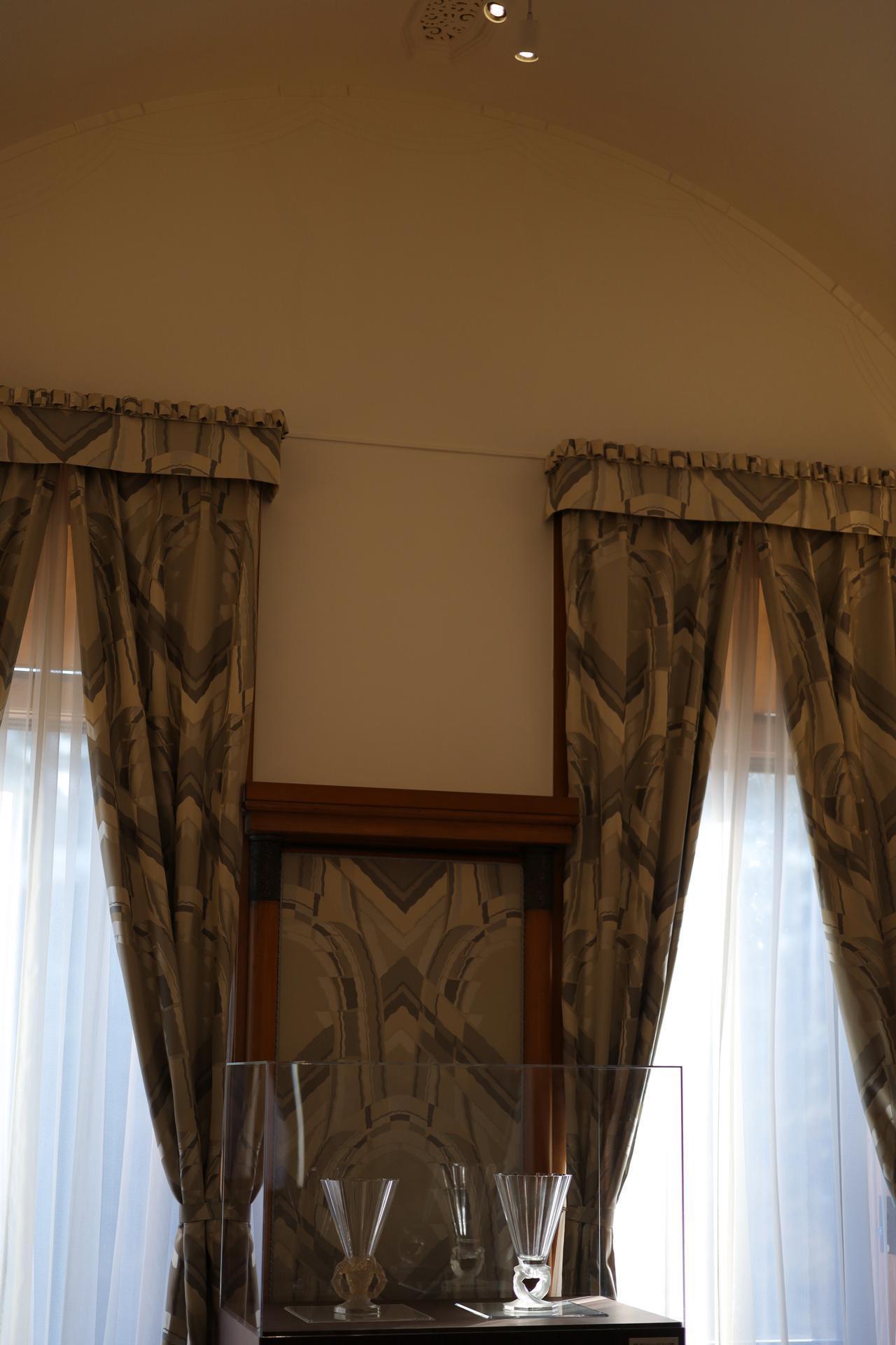 画像: ルネ・ラリック 花瓶「牧神」(左)「四人のシレーヌ」(右)共にカット装飾 1931年 北澤美術館蔵 アンリ・ラパン設計 旧朝香宮邸 殿下居間