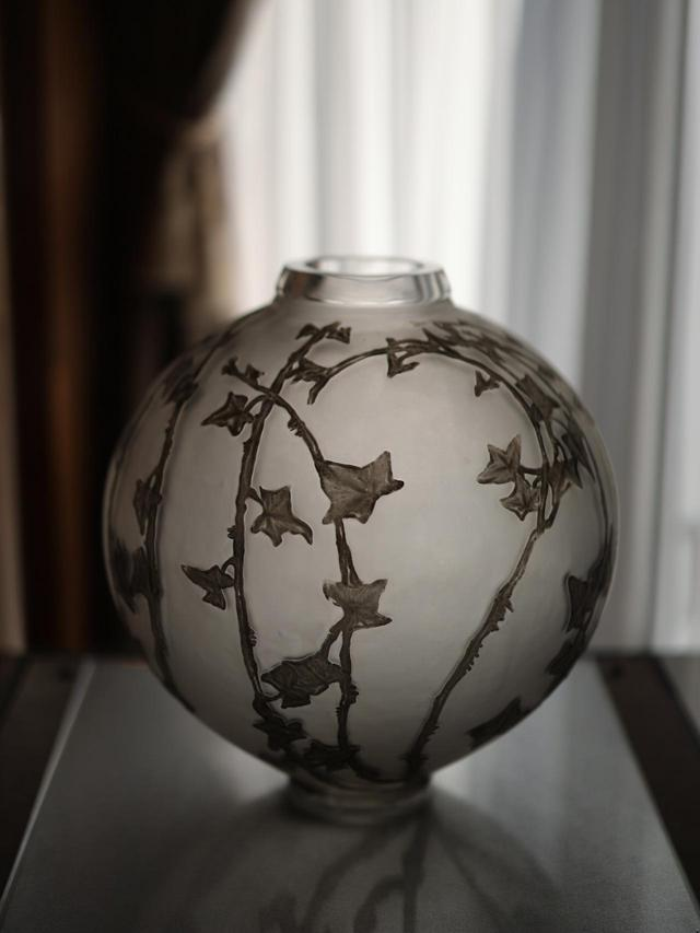 画像: ルネ・ラリック 花瓶「大きな球形、キヅタ」1912年 北澤美術館蔵