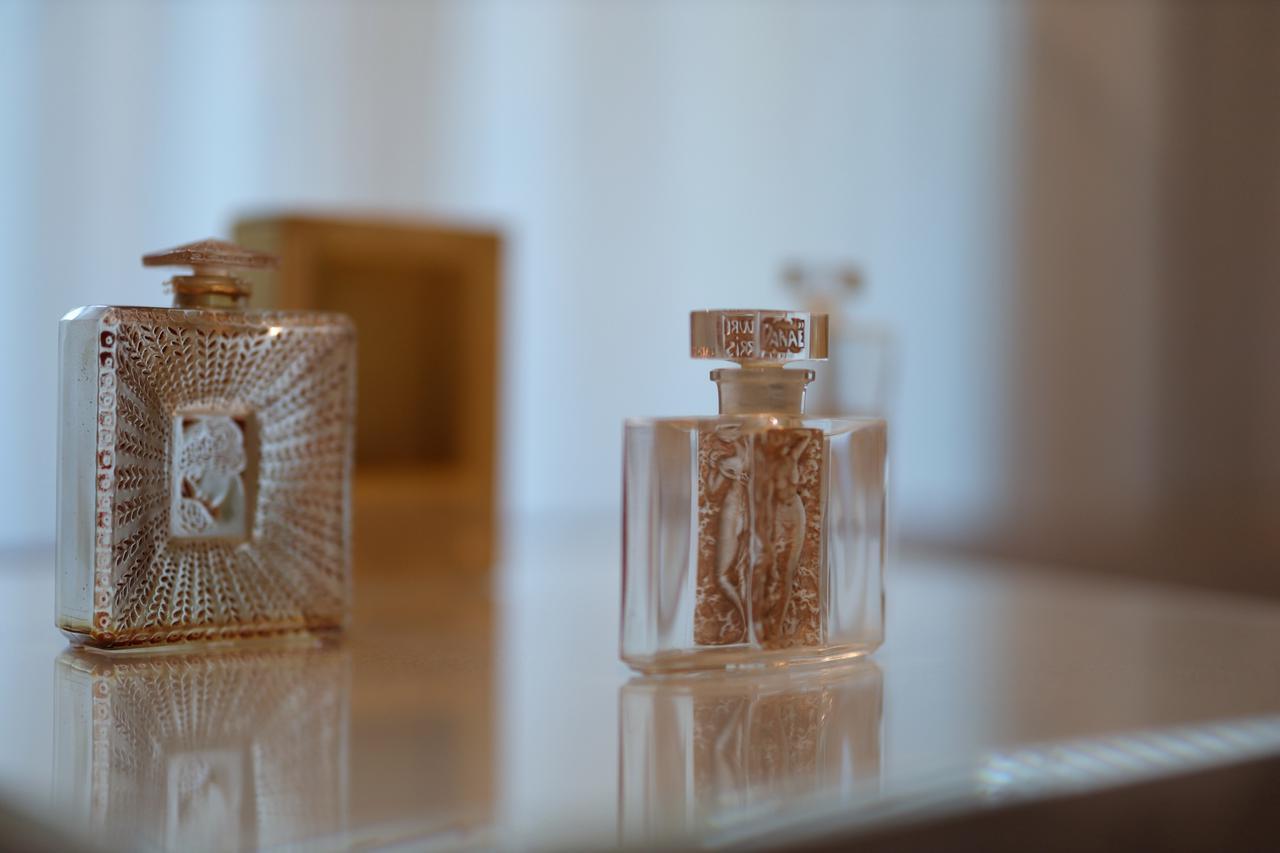 画像: ルネ・ラリック 香水瓶「牧神のくちづけ」モリナール社 1928年(左)「ダナエ」ルーヴル百貨店 1913年(右) 北澤美術館蔵