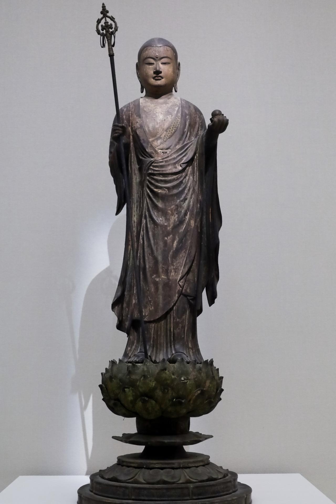 画像: 地蔵菩薩立像 鎌倉時代14世紀 奈良国立博物館蔵 よく見ると顔や胸は肌色で衣全体にも華やかな彩色が施されていたことが分かる