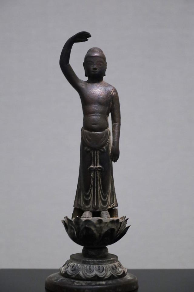 画像: 誕生釈迦仏立像 飛鳥時代 7世紀 奈良国立博物館蔵 釈迦(ゴータマ・シッダールタ)が産まれた直後に立ちあがって上と下を指差し「天上天下唯我独尊」と言ったという伝承に基づく像。その後木像が主流となる日本の彫刻だが、誕生仏は花祭り(釈迦の誕生日)に頭から甘茶をかける習慣のためか、銅で作られ続ける