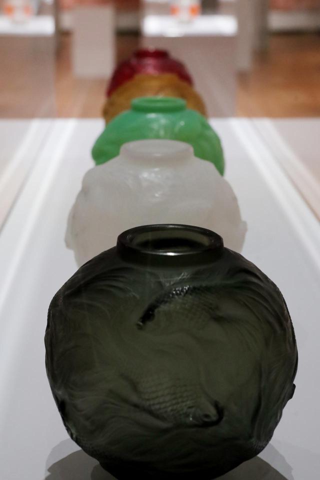 画像: ルネ・ラリック 花瓶「フォルモーズ」黒、グレー、オパルセント・グリーン、オパルセント・イエロー、赤、いずれも1924年 大ヒットしたこの形の花瓶は様々な色のバリエーションで製造・販売された 北澤美術館蔵