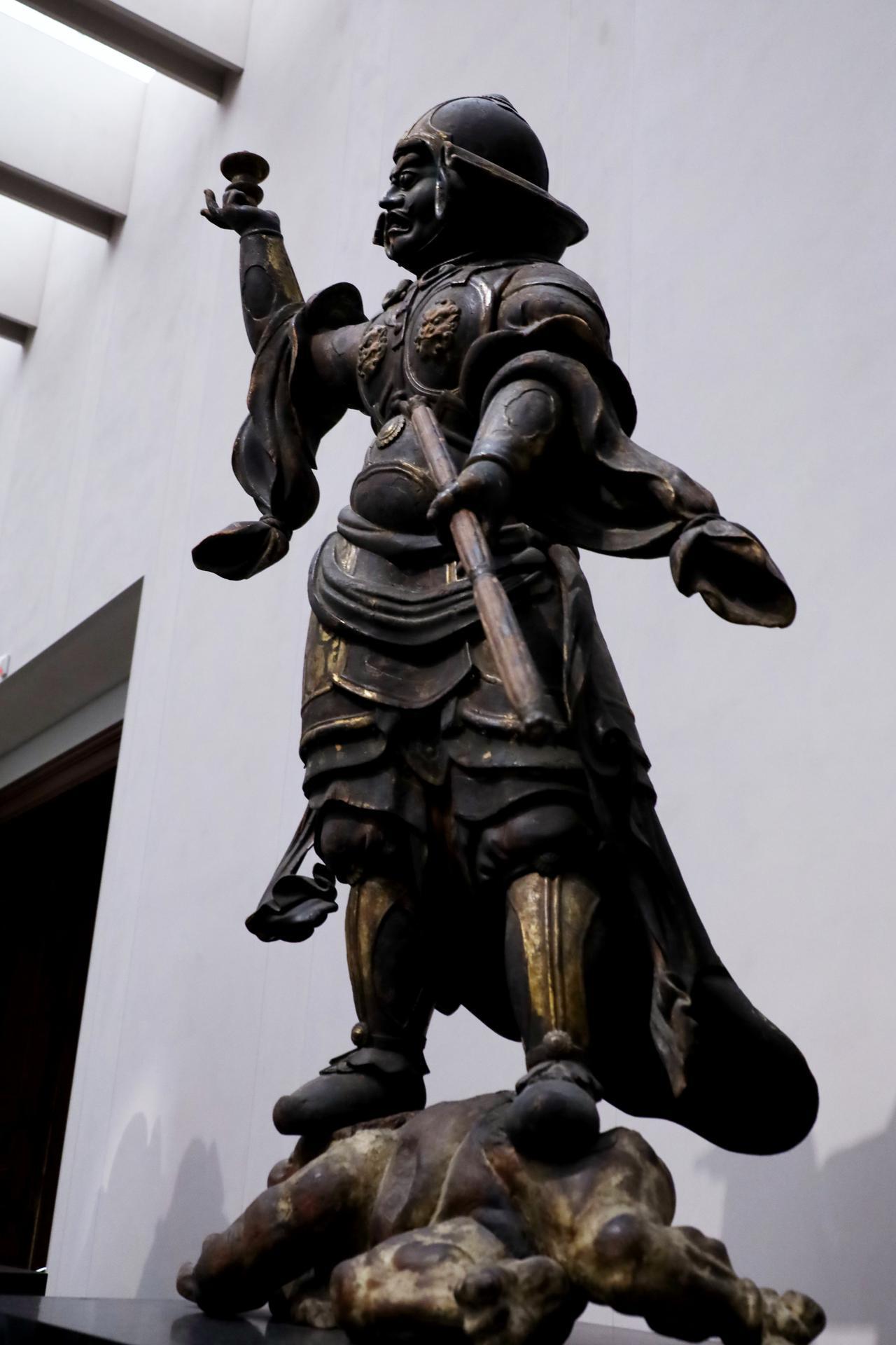 画像: 多聞天立像 平安〜鎌倉時代 11〜12世紀 奈良国立博物館蔵 重要文化財 とてもダイナミックな動きのある個性的なポーズで、金箔と全身に施された彩色がよく残っている