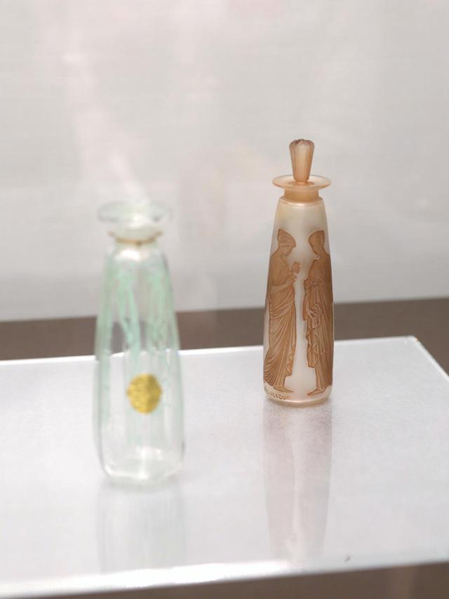 画像: ルネ・ラリック 香水瓶「アンブル・アンティーク」コティ社 1910年 金型の中にガラスを吹いて成形し、全体に薬品でサティネ加工して磨りガラス状にした上でパティネを施して浮き彫りの凹部分に着色している