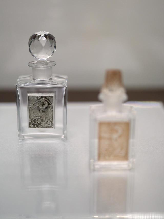 画像: ラリック製ガラス・プレート付香水瓶「レフルール」コティ社(瓶はバカラ社製)1908年 北澤美術館蔵
