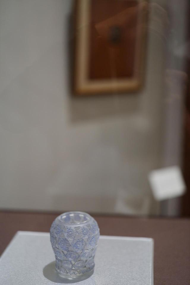画像: ルネ・ラリック シール・ペルデュ花瓶「西洋さんざし」 1921年 青い彩色はパティネ。デザイン画(写真右上)も併せて展示されている 北澤美術館蔵