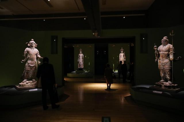 画像: 唐招提寺金堂の四天王のうち 広目天立像(左)、多聞天立像(右・共に国宝) 、奥に金剛山寺(左・重要文化財)と世尊寺(右)の十一面観音菩薩立像 いずれも奈良時代 8世紀 基本的に一本の大木から彫り出した像で、一部におがくずを混ぜた漆(木屎漆)で成形した木心乾漆の技法が使われている