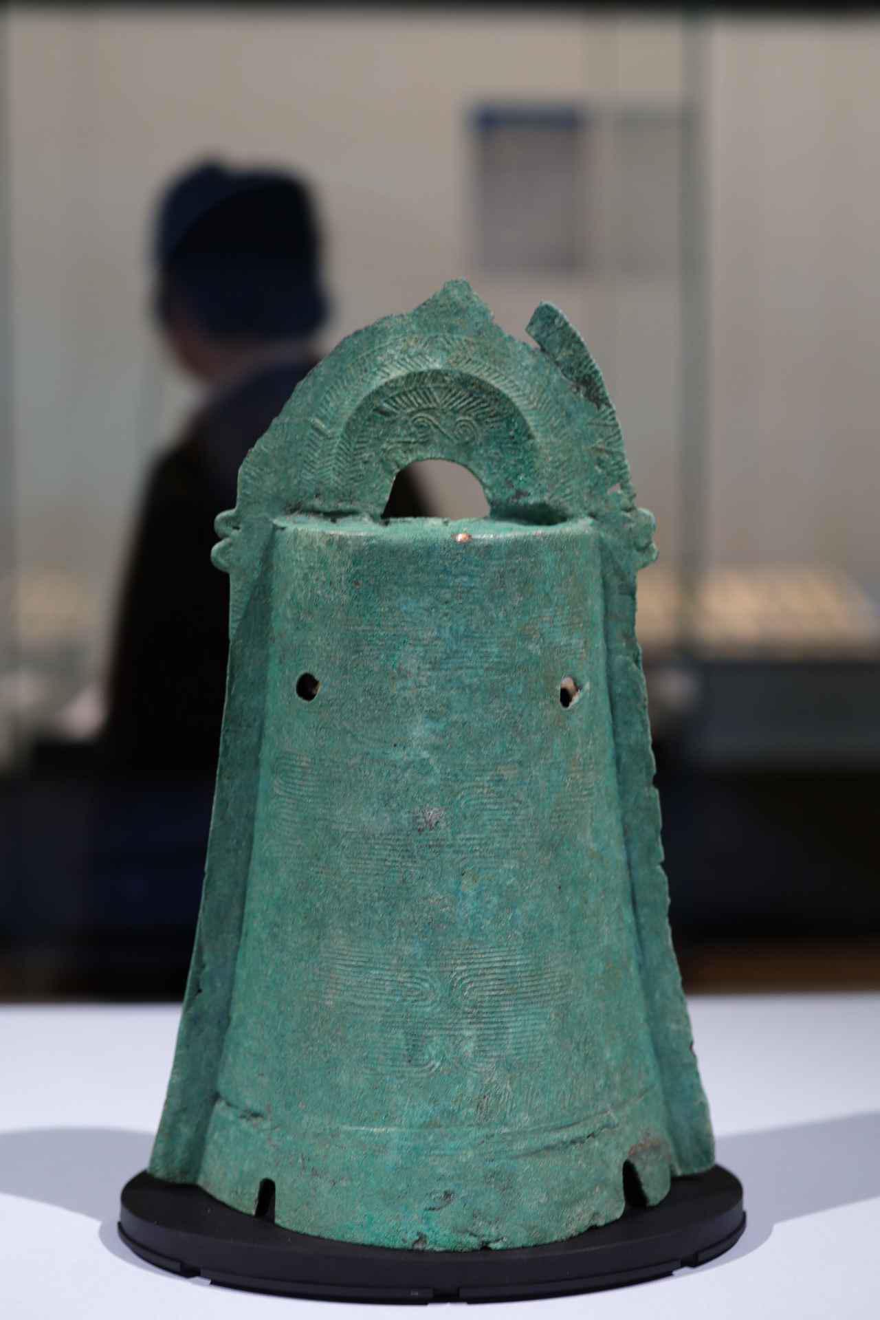 画像: 出雲の加茂岩倉遺跡から出土した39個の銅鐸のうち一点 写真では分かりにくいが表面の流水文は、河内平野(現在の大阪府)で生産されたものと考えられる 加茂岩倉遺跡出土品 銅鐸 紀元前2〜1世紀 国宝