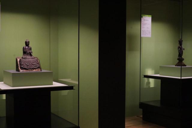 画像: 古代日本の仏教美術の成立に大きな影響を与えた仏像スタイル 2例 左)法隆寺に伝来した金銅の如来坐像 飛鳥時代7世紀 東京国立博物館(法隆寺献納宝物) 重要文化財 右)白檀の一木から彫り出された十一面観音菩薩立像 中国・唐時代7世紀 東京国立博物館 重要文化財