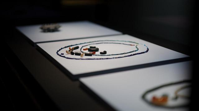 画像: 出雲地方は4世紀頃から日本最大の宝飾品の玉の産地、その製品は大和地方でも発見されている 玉 島根県松江市・金崎一号墳出土品 古墳時代6世紀 島根大学法文学部考古学研究室、島根・松江市