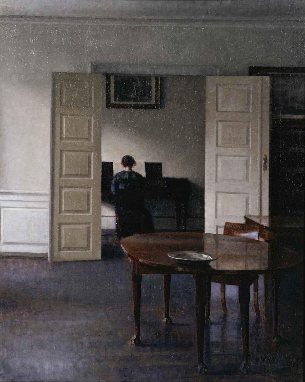 画像: ヴィルヘルム・ハマスホイ 《ピアノを弾く妻イーダのいる室内》 1910年 国立西洋美術館蔵 〔東京展のみ出品〕