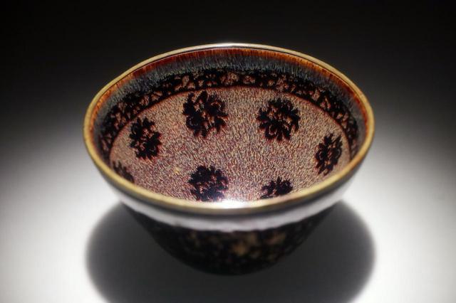 画像: 国宝・玳玻散花文天目茶碗 南宋14世紀 相国寺蔵 松平不昧旧蔵 宋代の天目茶碗や青磁碗は典型的な「唐物」として珍重された