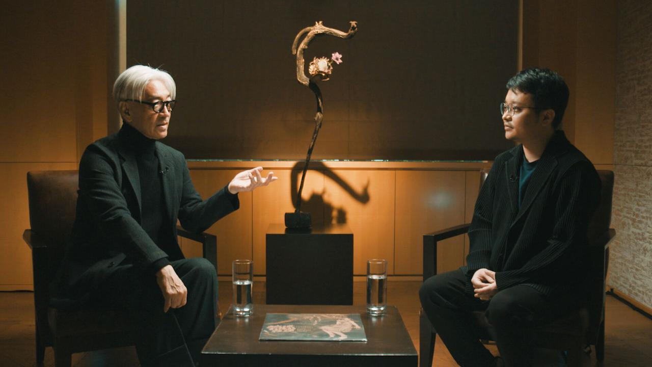 画像: 左より坂本龍一、ビー・ガン監督