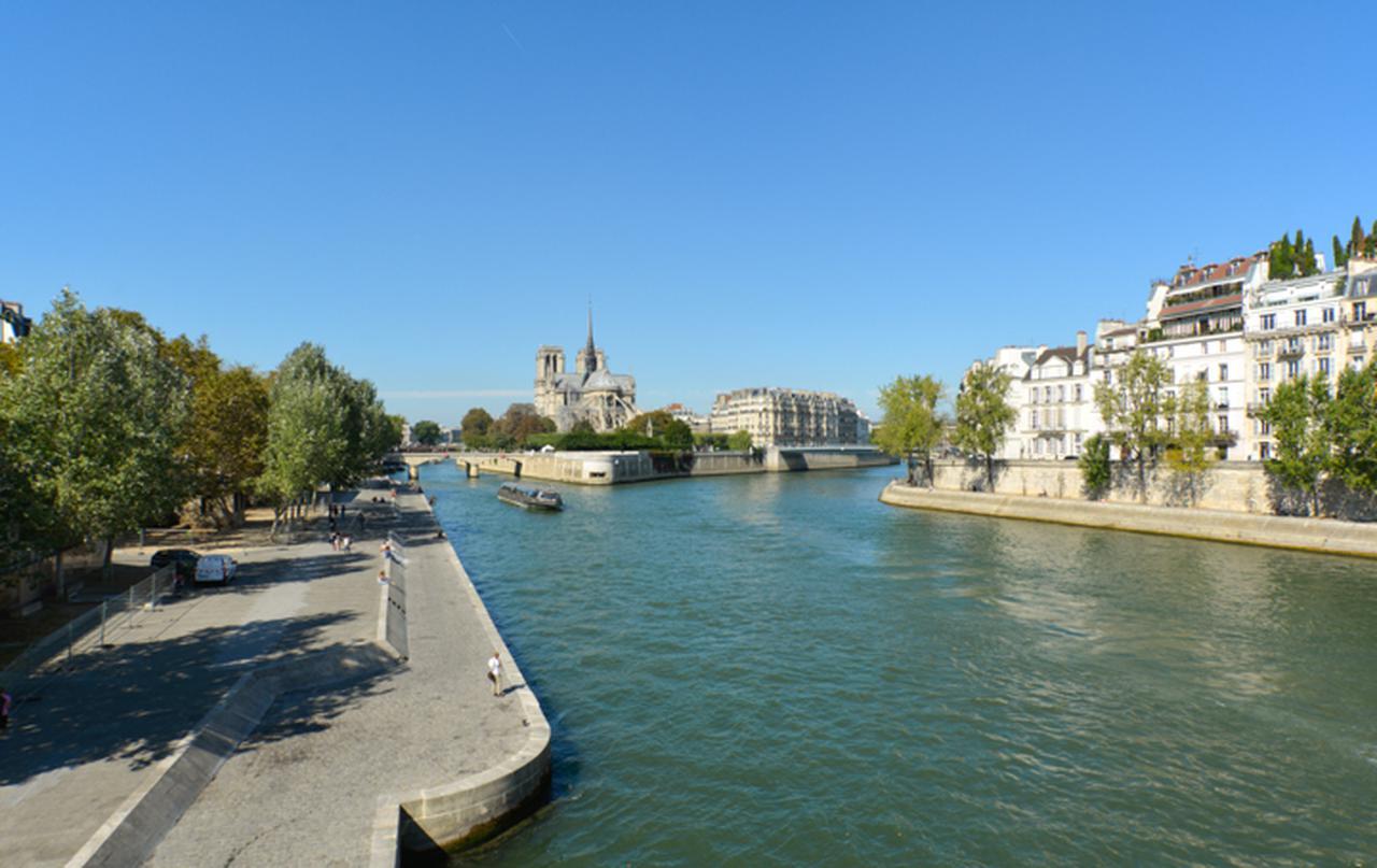 画像: 『ボーン・アイデンティティー』のパリでの最初のシーンは左の車の手前あたりで撮られた。『ビフォア・サンセット』では主役の2人がその少し先、トゥルネル河岸から下りたところからアルシュヴェシェ橋の近くまで歩いてから遊覧船に乗る。