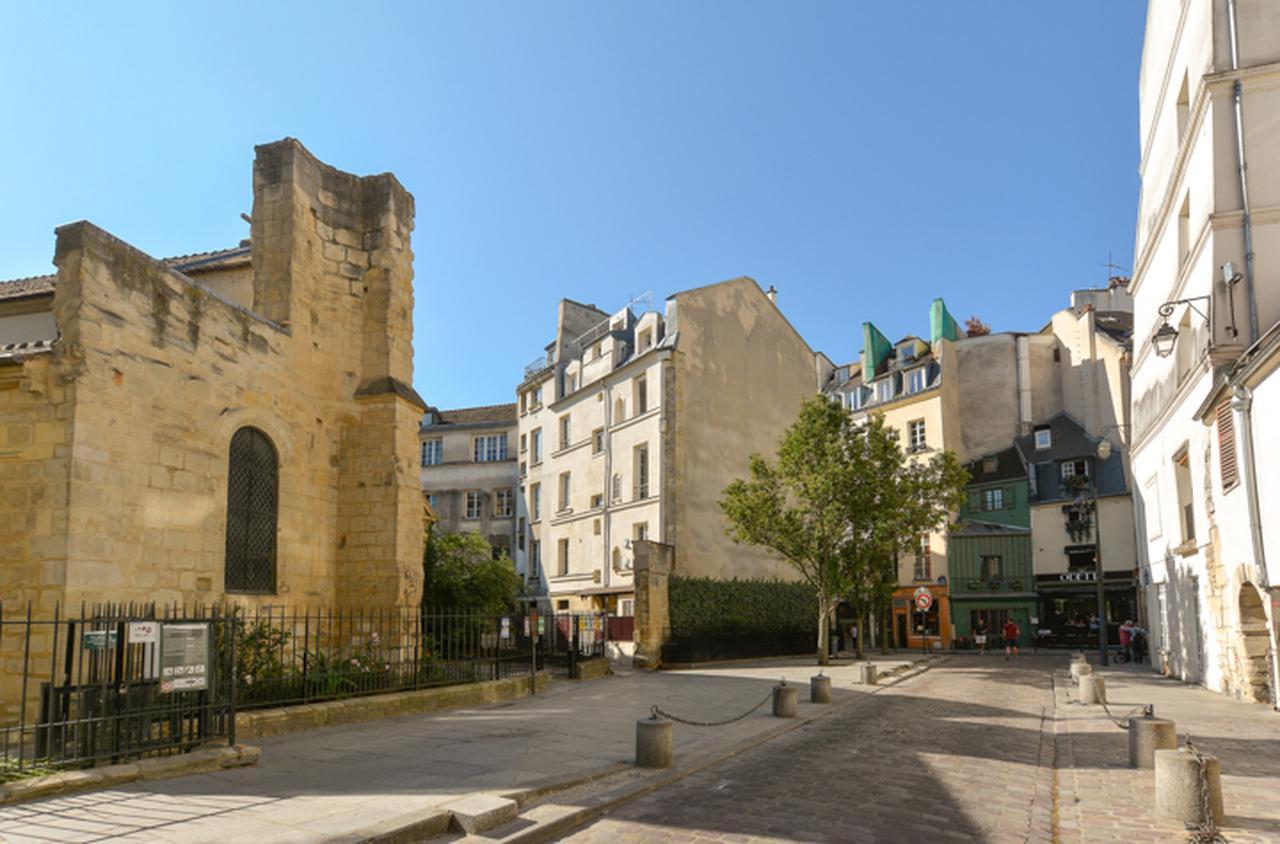 画像: 左がサン=ジュリアン=ル=ポーヴル教会。この通りの奥にガランド通りへの入口がある。