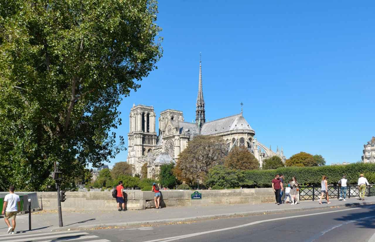 画像: 『おしゃれ泥棒』でオードリー・ヘプバーンが赤のアウトビアンキを停めるのはこのあたり。『パリ3区の遺産相続人』のラスト近くでは主人公のマティアスがこの橋を渡って3区のペイエンヌ通りにある建物へと向かう。