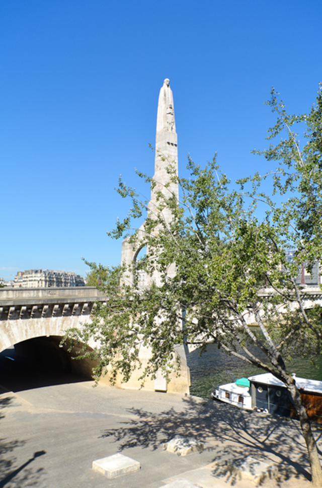 画像: トゥルネル橋の脇に立つのはサント=ジュヌヴィエーヴの像。サント=ジュヌヴィエーヴはパリの守護聖人で451年にはフン族のアッティラの攻囲からパリを護った。