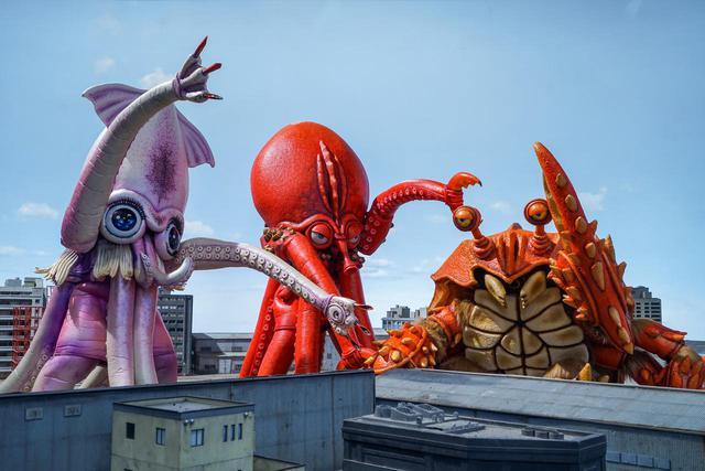 画像2: 予告❗️この怪獣、食べたらバカウマ!イカ・タコ・カニ怪獣で国立競技場を海鮮丼にせよ!バカ映画一直線の日本映画界の異端児・河崎実監督『三大怪獣グルメ』