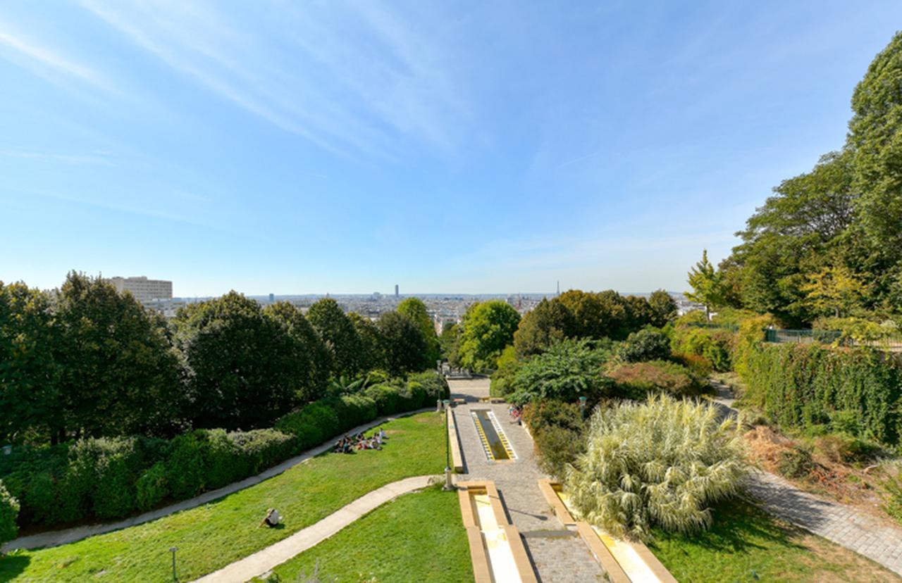 画像: ベルヴィル公園からの眺め。中央付近にモンパルナス・タワーとエッフェル塔が見える。ブローニュ・ビヤンクールの西側の高台からのショットではこの2つのタワーの位置が左右逆転する。