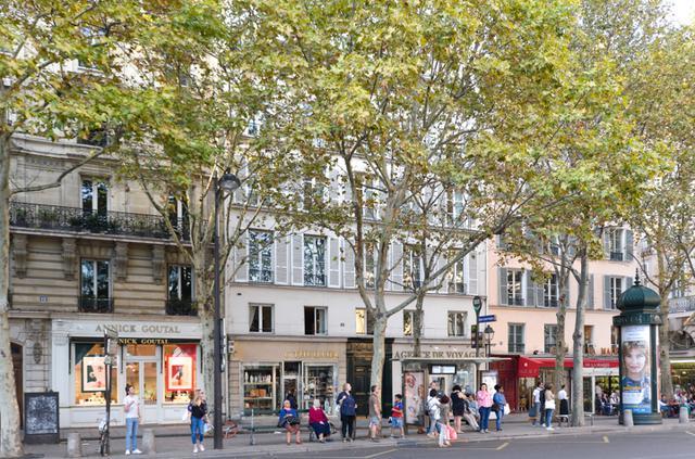 画像: ジョルジュ(ジャン・ソレル)の住むアパルトマンはサン=シュルピス教会前の広場に面して立つ。