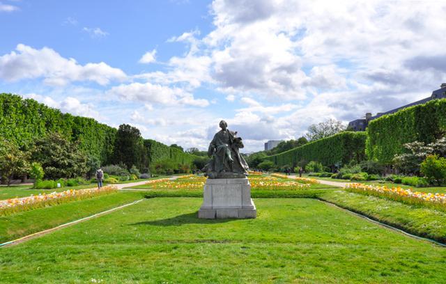 画像: 植物園の広大な敷地にはバラ園のほか、自然史博物館、温室、さらに動物園もある。中央は博物学者、ビュフォンの像。ビュフォンが見つめる先には自然史博物館「進化の大ギャラリー」がある。